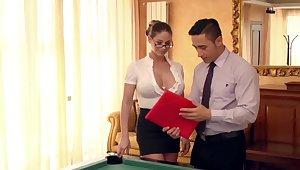 Snuff it neue Assistentin auf dem Billardtisch eingearbeitet