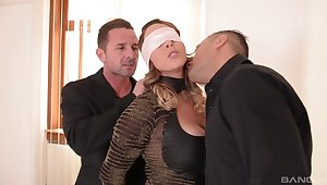 Victoria Summers knows how to close to head while getting fucked at once