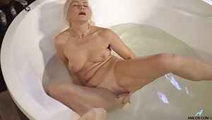 Sylvie masturbates in hammer away hot tub and goes off hammer away edge for you